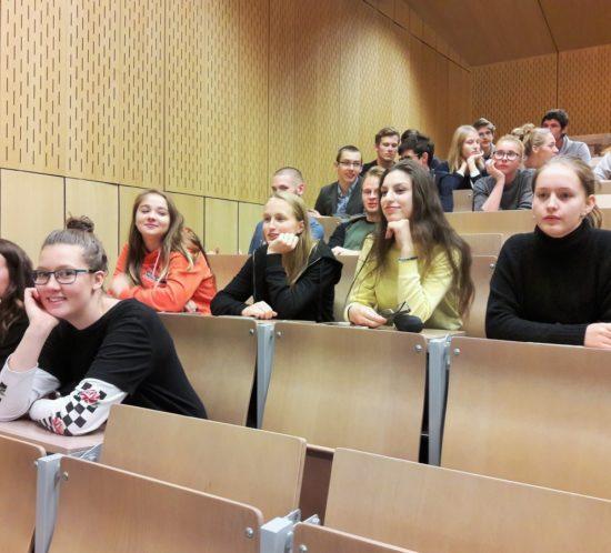 Studenti na přednáškách vÚstavu makromolekulární chemie AV ČR