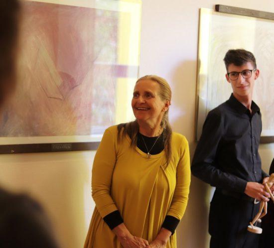 Vernisáž výstavy výtvarnice Ilony Chválové ve školní Galerii na chodbě